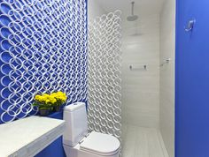 Banheiro com paredes azuis e anéis de PVC