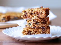 Chewy Homemade Granola Bars. These must make bars chewy and flavorful, not to mention gluten free! #glutenfree #driedcherries #chocolatechips
