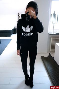 Adidas outfit black sweatshirt leggings and sneakers Look Fashion, Teen Fashion, Fashion Outfits, Womens Fashion, Sport Fashion, Sporty Outfits, Dress Outfits, Winter Outfits, Pants Outfit