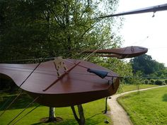 Violins of wind. 9 self-built, one string instruments; 3 violins, 3 cellos and 3 bass string instruments . Each bow is connected to a branch. Outdoor Art, Outdoor Decor, Sound Installation, Sound Art, Saatchi Online, Conceptual Design, Dutch Artists, Art And Technology, Violin