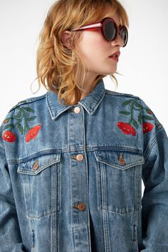 Monki's classic cut denim jacket bursts into bloom. But not to worry, it's still got the signature Monki buttons down the middle, on the two breast pockets plus the two discreet pockets on the sides.