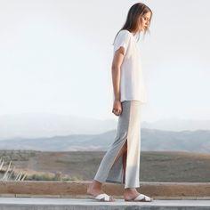 Langer Rock mit langem seitlichen Schlitz und leichtem T-Shirt