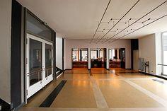 Bauhaus Dessau Aulafoyer mit Blick in die Aula
