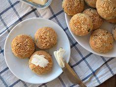 Cu o consistență moale și pufoasă, biscuiții cu brânză și verdeață pot fi consumați ca atare, calzi, proaspăt scoși din cuptor sau transformați în mini-sandvișuri și serviți fie cu unt, cremă de brânză sau pate de somon. Oricum ai alege să-i servești, se vor epuiza în timp record.