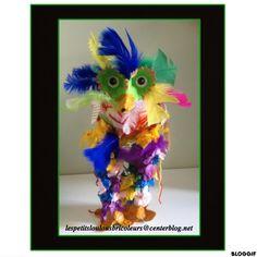 OISEAU FOU (1) Ballon de baudruche, deux rouleaux essuie tout, boîte à oeufs, papier de soie, papier journal, laine, plumes, peintures, gommettes yeux....