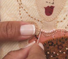 Aprenda a seguir como fazer um lindo porta óculos para proteger seu acessório. Você também pode comercializar esse artesanato. Materiais: Tecidos estampados de algodão Manta acrílica Linhas de bordar nas cores dos tecidos Tesoura, linha, agulha de costura, lápi