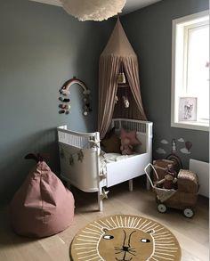 Hemeltje bark van Konges Sløjd voor op de babykamer of kinderkamer. Het lion kleed is van OYOY, de peer poef van Ferm Living. De regenboog mobiel van Liewood en het bedje van Sebra. Zie www.lidor.nl. Foto Instagram @miniroom.no #kidroomdecor #nurserydecor #kidsroomideas #nursery #nurseryideas