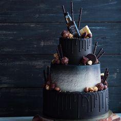 Мужской торт: нижний ярус - красный бархат с малиной, средний ярус - морковный с грильяжем и апельсиновой карамелью, верхний - сливочный с карамелью. Покрыт: ганаш и крем-чиз. Оформление: кандурин и блёстки Rainbow. Автор instagram.com/kseniablueberrypie