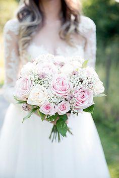 And the flowers... . . . #wedding #inspo #ideas #roses #flowers #bouquet #romantic #white #pink #bride #bröllop #blommor #bukett #rosor #brud #ideer #bröllopsfotograf #lovarg #stockholm