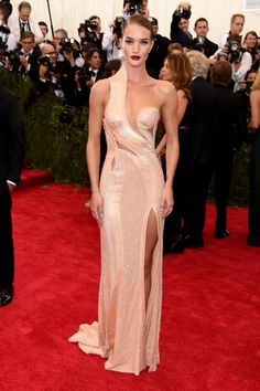 Rosie Huntington-Whiteley in a gorgeous strategically cut Atelier Versace gown in blush at the 2015 Met Gala Atelier Versace, Versace 2015, Rosie Huntington Whiteley, Rosie Whiteley, Rose Huntington, Gala Dresses, Red Carpet Dresses, 2015 Dresses, Club Dresses