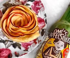 Omi's puff pastry roses / Omi's Blätterteig-Rosen You need 1 apple, sliced into thin peaces, puff pastry and some Omi's Apfelstrudel juice. Cook the apple slices with Omi's Apfelstrudel for Apple Slices, Fruit Juice, Vegan, Cooking, Breakfast, Recipe Ideas, Ethnic Recipes, Apple Strudel, Recipes