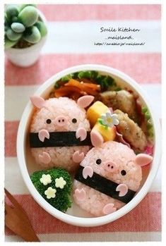 Piggy rice balls bento (featuring how-to recipe! Cute Food, Good Food, Yummy Food, Japanese Bento Box, Japanese Food Art, Cute Bento Boxes, Kawaii Bento, Little Lunch, Bento Recipes