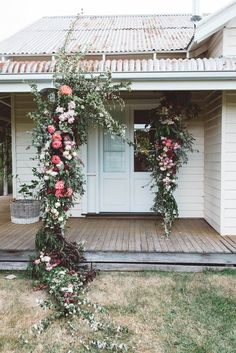 Home exterior floral decor Ikebana, Arco Floral, Beauty And More, My Dream Home, Interior And Exterior, Floral Arrangements, Beautiful Flowers, Beautiful Homes, Backdrops