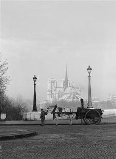 René Jacques - Pont de la Tournelle, Paris, with Notre Dame in the background Phnom Penh, 1940s Photos, Old Photos, Horizon Paris, Pont Paris, Paris Paris, Paris Secret, Paris Vintage, Paris Black And White