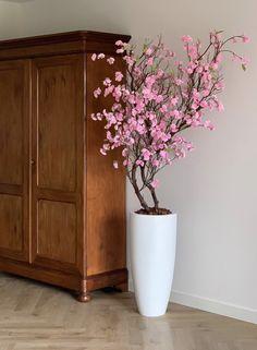 Floor Vase Decor, Home Decor Vases, House Plants Decor, Orchid Flower Arrangements, Creative Flower Arrangements, Flower Background Images, Tree Branch Decor, Beauty And Beast Wedding, Indian Home Decor
