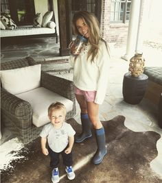 Jessie James Decker Hair, Eric And Jessie Decker, Jesse James Decker, Eric Decker, Back Photos, Mommy Style, Country Girls, Girl Outfits, Cozy Outfits