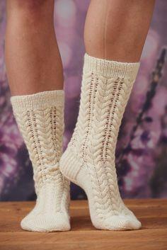 Naisen neulotut pitsipalmikkosukat Novita Venla Lace Socks, Knitted Slippers, Wool Socks, Crochet Slippers, Knitting Socks, Hand Knitting, Knit Crochet, Knit Shoes, Easy Knitting Patterns