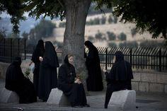 25. Αυγούστου: Ορθόδοξες καλόγριες στα Ιεροσόλυμα, στη γιορτή της Παναγίας. Φωτογραφία σαν ζωγραφικός πίνακας κλασικής εποχής. Χωρίς άλλα λόγια.