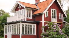 Billedresultat for träarkitektur sekelskifte Swedish Cottage, Red Cottage, Victorian Cottage, Victorian Interiors, Red Houses, Old Farm Houses, Glass Porch, Sweden House, Farmhouse Architecture