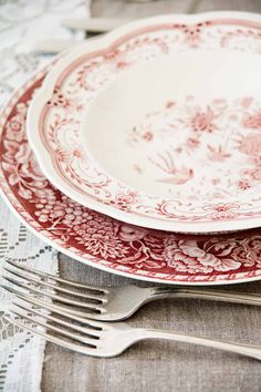 Red and White Transferware Vintage Plates, Vintage Dishes, Vintage China, Vintage Table, Red Farmhouse, Table Place Settings, Farm House Colors, Red Cottage, Mugs
