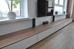 Het maken van een tv meubel, te zien op afbeelding. Living Room Bench, New Living Room, Living Room Decor, Media Furniture, Furniture Design, Muebles Living, Coastal Living Rooms, Interior Decorating, Interior Design