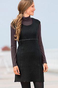 """Walk Trägerkleid! Das """"kleine Schwarze"""" sieht aus natürlich warmem Merino-Schurwollwalk umwerfend aus. Es ist ganz schlicht geschnitten, ärmellos und mit überschnittenen Schultern."""