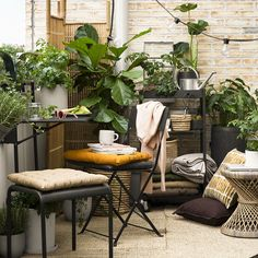 Summer balcony with plants and string lights | Styling ideas and inspiration for the balcony