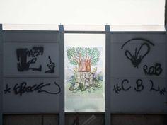Nas pichações do Complexo da Maré é possível notar décadas de domínio do tráfico de drogas. A certeza vem das frases e dos recados ameaçadores que você lê, em bom ou mau português, em paredes de casas e muros da favela Foto: Mauro Pimentel / Terra