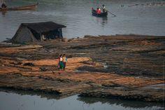 Living on the river near Mandalay  - http://earth66.com/village/living-river-near-mandalay/