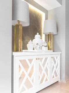 I love this cabinet! Mirror Decor Living Room, Glam Living Room, Living Room Modern, Entryway Decor, Home And Living, Living Room Designs, Sideboard Decor, Credenza, Hallway Decorating