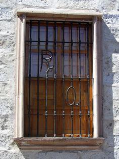 Cacería Tipográfica N° 439: Sílaba RA en la última ventana de la casona de San Lázaro, Centro Histórico de Arequipa. Entre las cinco ventanas se lee TERRUÑO YARA.