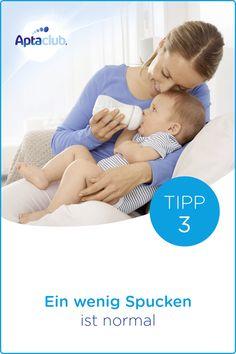 Fläschchen geben: Das Trinken aus dem Fläschchen ist anders als das Trinken an der Brust. Dein Baby muss die Saugbewegung für das Trinken aus dem Fläschchen erst lernen. Ein wenig Milch kann dabei aus dem Mund fließen, doch das heißt nicht, dass dein Baby das Fläschchen nicht annimmt. Wichtiger Hinweis: Stillen ist die beste Ernährung für dein Baby.