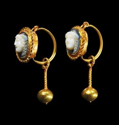 Pair of golden earrings with a cameo made of layered agate showing a gorgoneion. Roman, 2nd - 3rd century A.D.