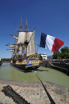 This is a replica of L'Hermoine that crossed the Atlantic in 2015 to tour American. It was financed and built by American and French patriots over 17 years. Hermione, Model Sailing Ships, Old Sailing Ships, Naval Flags, Sailing Classes, Legend Of The Seas, Ship Of The Line, Paris Pictures, American Revolutionary War