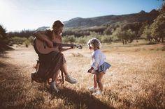 Que Mamá te toque una canción con la guitarra..es la mejor manera de recibir al fin de semana!! Preciosa #conmiradademadre de @isa_bel_egeria destacada por @hadasycuscus