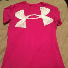 Under Armour xs Tshirt Lightly worn xs pink Tshirt! Under Armour Tops Tees - Short Sleeve