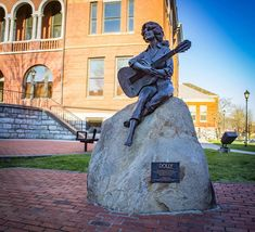 The Dolly Parton statue located at the Sevierville Courthouse - Dolly's hometown. Gatlinburg Hotels, Dolly Parton, Great Smoky Mountains, Main Street, Tennessee, National Parks, Statue, Vacation, Pigeon Forge