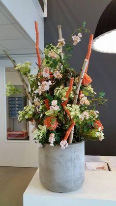 Decoratie met decoratietakken en zijde bloemen. Makkelijk in onderhoud! www.decoratiestyling.nl
