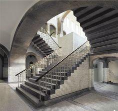 Trappenhuis van de hbs in Arnhem, waar Escher van 1912 tot 1918 leerling was. De oude hbs, een rijksmonument aan de Schoolstraat, bevat een indrukwekkend trappenhuis dat een opvallende gelijkenis vertoont met de prenten met trappen en labyrinten die Escher maakte. Niet alleen de markante, door schaduwen geaccentueerde trappen, maar ook de doorgangen en de wit betegelde muren herken je direct uit zijn werk.