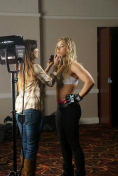 Ronda Rousey durante sessão de fotos do UFC 168. Quando não está suando na academia, a norte-americana gosta de cuidar do visual