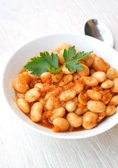 - Dicke weiße Bohnen nach türkischer Art Another classic of the Turkish meze: thick white beans in olive oil may be missing in summer on any appetizer or grilling. Turkish Recipes, Asian Recipes, Ethnic Recipes, Snack Recipes, Cooking Recipes, Healthy Recipes, Frijoles, Asian Cooking, White Beans