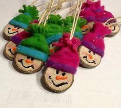Créer des souvenirs de famille ! Capturer l'essence d'un Noël de pays avec ces ornements primitifs, rustiques. Cette étiquette de cadeau adorable bonhomme de neige se double d'un ornement pour habiller une couronne, guirlande ou votre arbre de Noël du pays ! J'utilise une combinaison de matières : polaire, flanelle et feutre ~ et la touche finale : un jet d'étincelles... VRAIMENT mignon ! L'ornement/étiquette en vedette dans cette liste environ 1 1/4(un peu plus d'un quart) coupe d'une br...