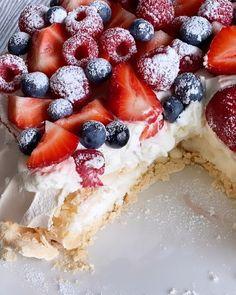 Ostekake i rødt, hvitt og blått | Det søte liv Chocolate Meringue, Meringue Cake, Rice Krispies, Cheesecake, Food And Drink, Baking, Desserts, Recipes, Caramel
