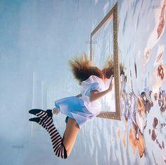 Née en Russie et résidant maintenant aux Bahamas, Elena Kalis est une de ces photographes à l'univers très particulier. Elle donne ainsi une toute nouvelle dimension à certains contes en les plongeant dans le milieu aquatique. Découvrez cette artiste aux photos surprenantes et colorées. Retrouvez la également sur son portfolio.