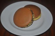 Dorayaki  3 eggs 150 g powdered sugar ½ teaspoon baking powder 180 gr flour 1 tablespoon honey to taste Water