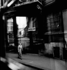 Almost There ( Classic Photography, Street Photography, Elliott Erwitt Photography, Henri Cartier Bresson, Almost There, Photography Illustration, Documentary Photographers, Milan Italy, Magnum Photos