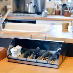 12月22日から四日間でフィットする暮らしのつくり方vol.6編集者・ライターの加藤郷子さん宅を訪ねています。[mokuji]加藤さんちの、暮らしの大原則。加藤さんのお部屋を眺めていると古道具や日本の
