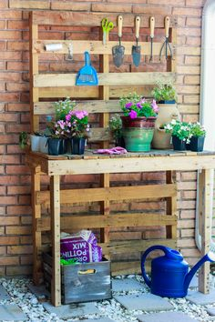 DIY Potting Bench 2019 DIY Potting Bench made from pallets! An easy pallet project and great upcycle! The post DIY Potting Bench 2019 appeared first on Pallet ideas. Outdoor Potting Bench, Pallet Garden Benches, Pallet Potting Bench, Potting Tables, Garden Ideas For Pallets, Pallet Planters, Rustic Potting Benches, Garden Seating, Pallet Work Bench