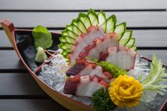 Japanese Sashimi, Japanese Food Sushi, Sushi Love, Sushi Set, Sushi Sauce, Sushi Donuts, Types Of Sushi, Sushi Burger, Sashimi Sushi
