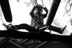 Une petite grimace, du noir, du blanc et des ressorts de trampoline !    http://www.france-trampoline.com